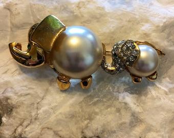 Elephants brooch .