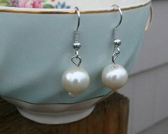 Simple pearl earrings// elegant earrings // gifts for her