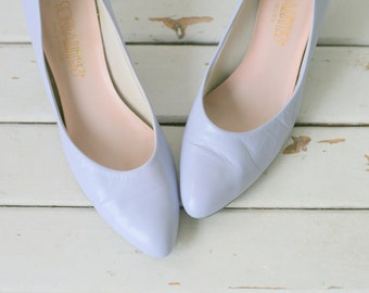 1960s Vintage PURPLE LEATHER Heels..size 7.5 heels...shoes. pumps. glam. wedding. party. mod. classic. fancy. socialites. 1960s. periwinkle