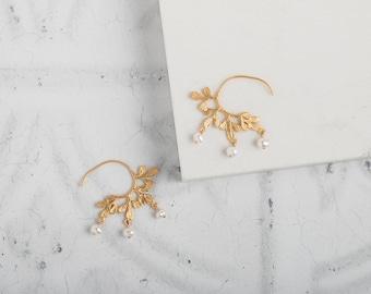 Gold Hoop Earrings with pearl // gold leaf hoops // pearl earrings // leaf earrings // modern hoop earring // freshwater pearl earring