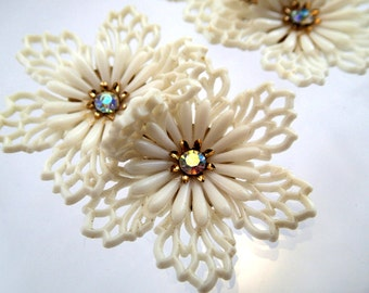 FREE Shipping Vintage Huge Coro Signed Plastic Filigree White Flower Earrings Rhinestone Bridal Brides Wedding Clip On Snow Flakes Winter