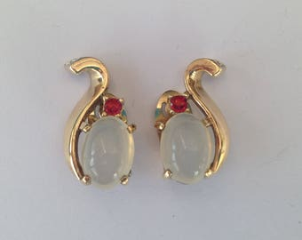Vintage Trifari 1940s GoldPlate Jellybelly Clip On Earrings.