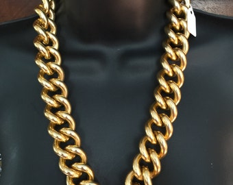 A gold tone heavy 1980s chain big link , and mint condition