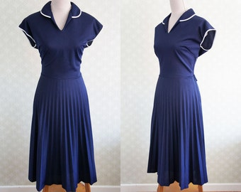 70s Navy vintage dress.  Navy blue pleated vintage dress. LArge size vintage dress.