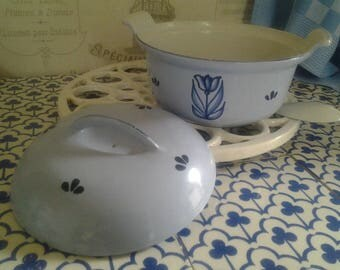Little Vintage Dutch oven with enamel lid... Cast iron pot...Blue Tulip...Grandma's kitchen...Farmhouse...Country kitchen...DRU... Enamel...