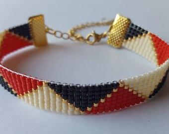 Bracelet perles de verre Miyuki rouge, noir, crème et doré tissées à la main. Ajustable