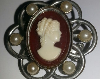 Vintage '40s Small Cameo Brooch