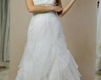 abito da sposa semiampio con molteplici balze in organza scollo all' americana pizzo rebrodato