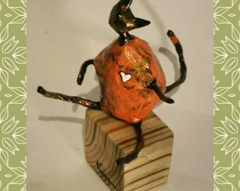 Sculpture CHAT in the small heart paper mache