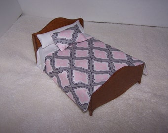 Dollhouse Miniature , Pink & Gray Comforter , Matching Pillows , Novelty , Handmade , 1:12 Scale , Brand New