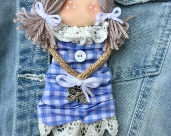 Doll doll doll pin-pin brooch