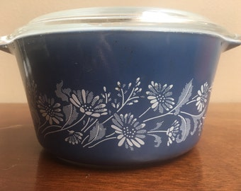 Pyrex Daisy pattern blue with lid 1 quart size retro kitchen country kitchen