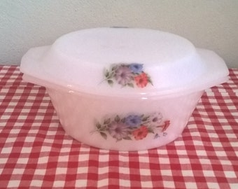 retro Mid Centuries Arcopal pyrex bowl with lid, made in France, flower pattern
