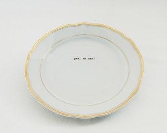 """weißer Porzellanteller mit Golddesign und Text """"yes, we can!"""" ... Pimp my china! Vintage Porzellan mit Texten bedruckt"""