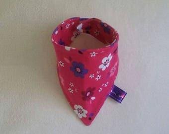 Babero bandana o bufanda motivo flores, para niña. Práctico para bebes desde que nacen.