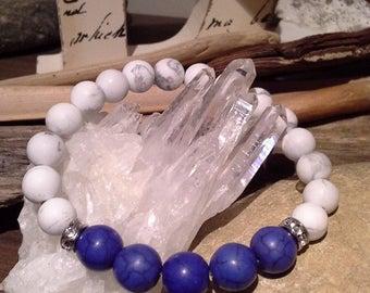 104) Bracelet en howlite et turquoise bleue rehaussée de 2 billes serties de faux diamants