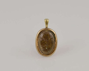 14k Yellow Gold Victorian Mourning Locket/Pendant Containing Dried/Pressed Flowers