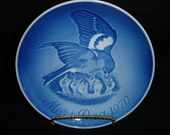 """Decorative plate collection porcelain, blue background decorated with birds in the nest. Marked: """"Mors Dag 1970"""" Bing & Gröndahl Denmark"""