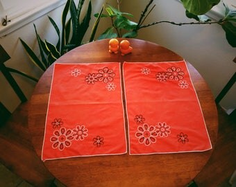 Vintage Hand Embroidered Linen Place mats, Retro Table Settings, 1960's Place mats, Vintage Kitchen and Dining, Vintage Linen