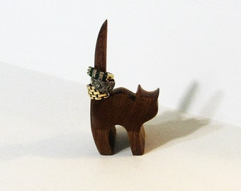 Cat Ring Holder Made Of Mahogany And Oak Woods