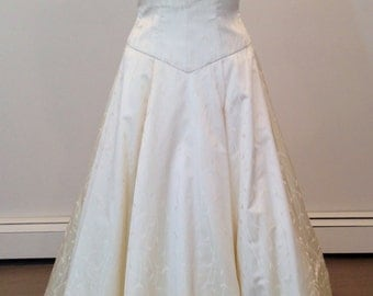 This is a Gorgeous wedding dress by Carmela Sutera size 6