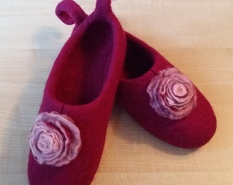 Felt wool slippers. Felt slippers.Red felt flowers.Pink slippers.Organic Wool .Wet felting.Natural wool.Womens Slippers.Felted.