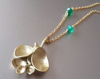 Buds Pendant Necklace in 18k Solid Gold with Green Agate . Gold Flower Pendant . Organic Jewelry . Gold Leaf Necklace . Bridal Jewelry