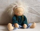 Tamo - Puppenkind nach Waldorfart, Spielpuppe, Puppe, blau weiße Ringelhose, blonde Haare, Bauchnabel, grünes Shirt, hellgrüne Strickweste