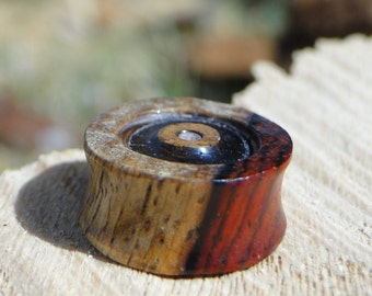 Plug 15mm in yew tree. Artisanal creation of the artist look traveler.