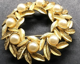 Avon Brooch Gold Tone Faux Pearls Brooch  Pin Leaves Bridal Mother Of Bride Laurel Classic Elegant Wedding Brooch Bouquet Round