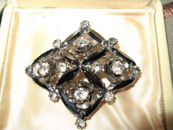 Lovely vintage glass brooch with flowers