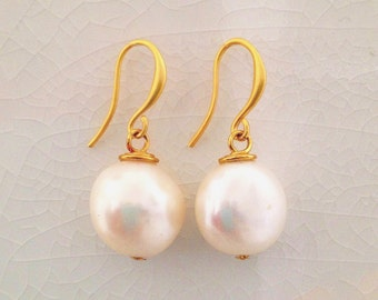 White pearl earrings, pearl drop earrings, gold pearl earrings, gold earrings, earrings set, white pearl drop earrings, gold drop earrings