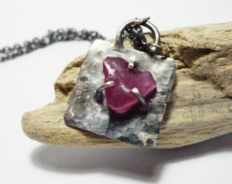 Pendant in Sterling Silver - Pierre gross rose Rubis. Forged, hammered and aged by hand. Nature design and fashion - N 3054