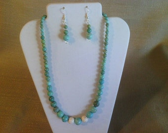 167 Classic Style Magnesite Turquoise Graduated Round Teal and White Colored Beaded Choker