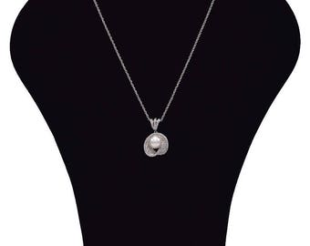 Necklace with Pearl and cubic zirconia stones.