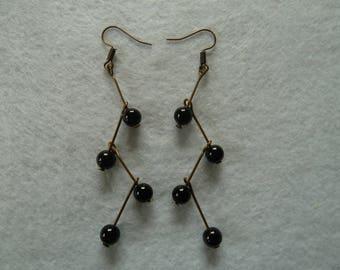 Hanging earrings with black pearls