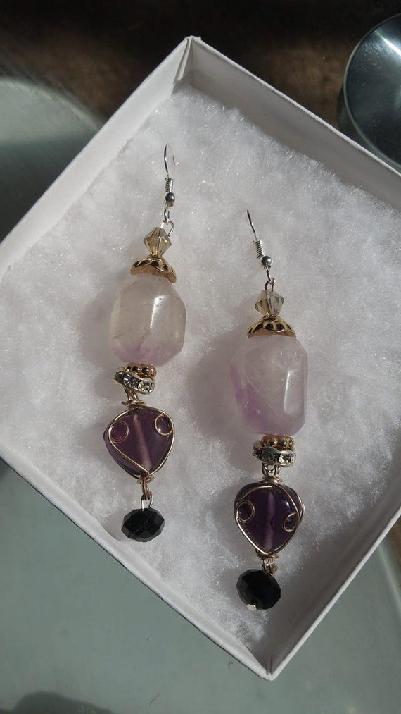 Light purple Amethyst earring, dangle and drop earring, great for any occasion, give as a gift. Natural Stone. Healing Stone.