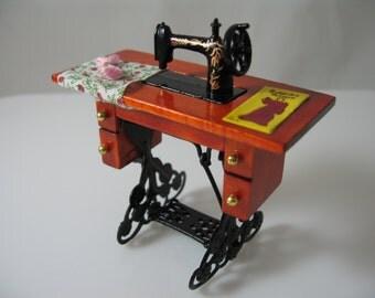1:12 Scale Dolls House Miniature Sewing Machine