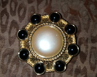 1980 Monet goldtone faux pearl and faux onto brooch