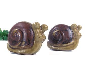 vintage 70's 80s small snail salt & pepper shakers figurine raku ceramic collectible decorative home decor animal woodland creature green