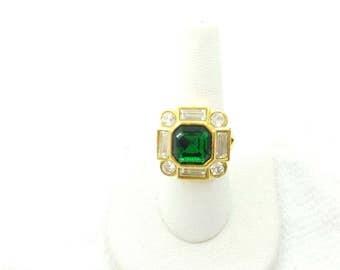Avon Bold Treasures Emerald  Green Gold tone Ring 1994 Royal Emerald Green