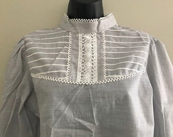 Vintage Gray and White Lace Long Sleeved Victorian Style Blouse / Vintage 1980s Wrangler High Neck, Back Button Blouse Size Large