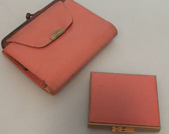 1950s Vintage RUMPPS Pink Leather COMPACT & Matching Wallet Set Salmon Pink COWHIDE Headstock Never Used Old Store Stock Movie Props