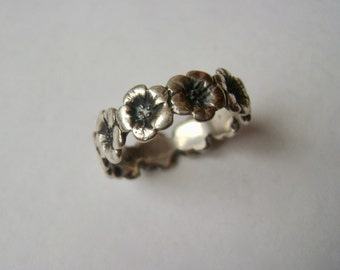 a ring of beautiful sterling flowers, size 7.5