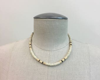 Vintage Heishi Choker / 1960s 1970s Beaded shell Necklace / Native American Hippie Santo Domingo necklace