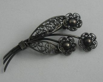 Enchanting filigree jewelry brooch with delicate worked flowers. Silver Ag 835. Approx. 5 cm x 2.5 cm. VINTAGE jewelry