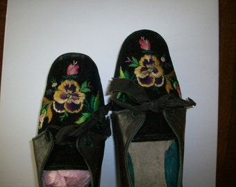 Antique Embroidered pansy Velvet Shoes good condition