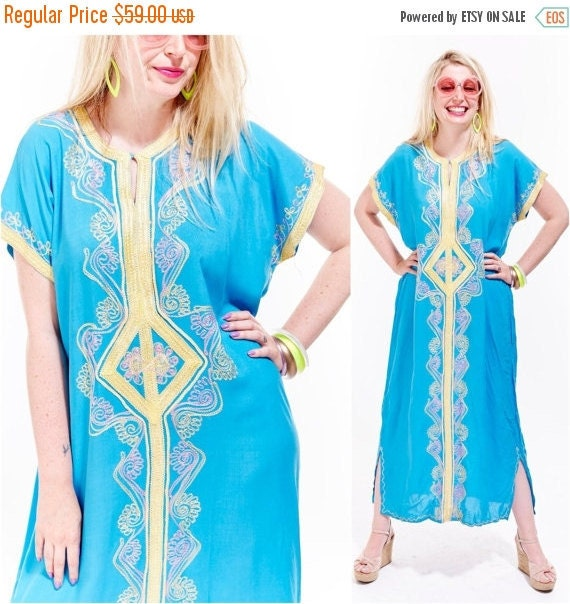 Vtg MOROCCAN Caftan Beach Coverup MAXI Goddess Gypsy Dress EMBROIDERED Tribal Print Geometric Ethnic India Festival Resort Boho Pastels