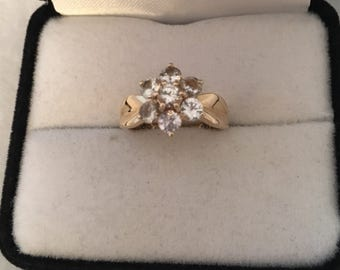 14K Solid Gold Floral Design White Topaz Gemstones Dimple Shoulders Stunning Ring 585 Yellow Gold Hallmark WHS