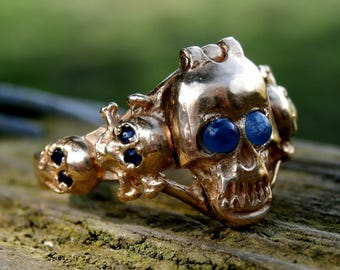 Very Rare Extremely Fine 18 crt Gold Antique Georgian Era 'Memento Mori Poison Ring' with Skulls and Sapphire Eyes Circa: 1760 – 1800 (K)